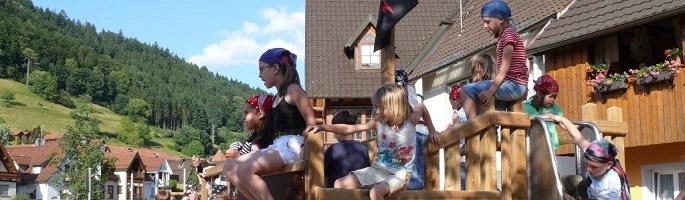 Tobende Kinder auf dem Spielplatz an der Kinzig.